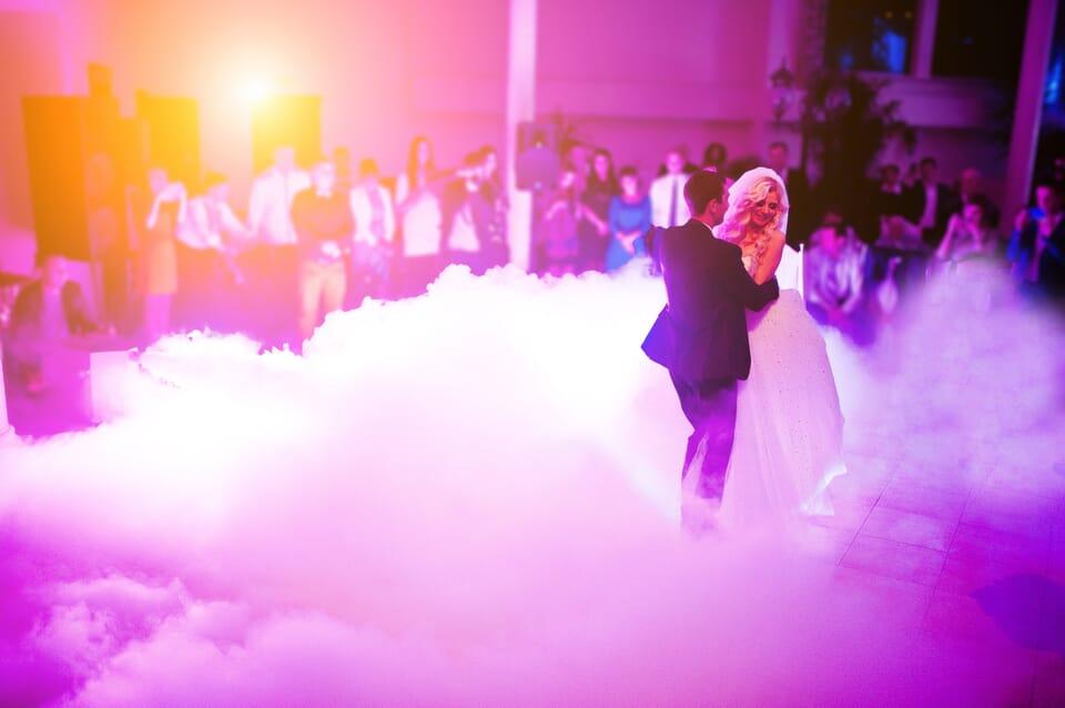 Brautpaar eröffnet die Tanzfläche auf einer Hochzeit mit Musik vom DJ