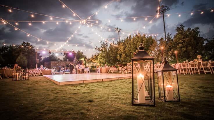 Hochzeit Feier mit Tanzflaeche und  DJ im Freien