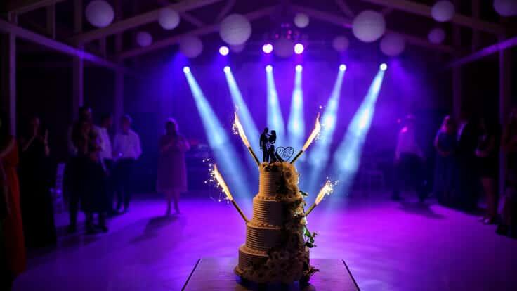 Inszenierte Hochzeitstorte, die passende Musik dazu spielt der DJ auf Deiner Hochzeit